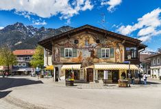 美丽的房子在加米施・帕藤吉兴在德国 免版税库存照片