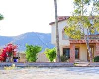 美丽的房子在有边界篱芭的墨西哥在背景 免版税图库摄影