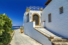 美丽的房子在海湾罗得岛希腊背景的Lindos  免版税库存照片