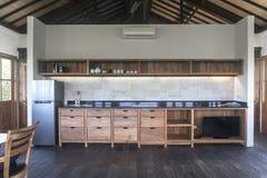 美丽的房子,内部,木厨房的看法 免版税图库摄影