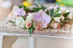 美丽的手工制造花卉花圈 免版税库存照片