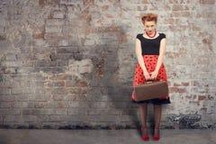 美丽的手提箱妇女 免版税库存图片
