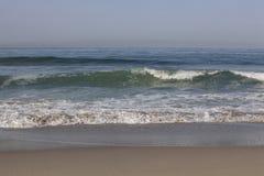 美丽的打破的海浪 免版税库存照片