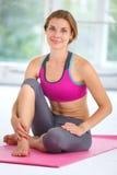 美丽的执行的女子瑜伽年轻人 免版税库存照片