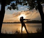 美丽的执行的exercis现出轮廓女子瑜伽 库存照片