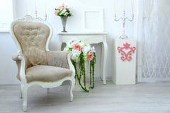 美丽的扶手椅子在豪华客厅 免版税库存图片