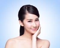 美丽的护肤妇女面孔 免版税库存图片