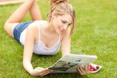 美丽的报纸读取妇女年轻人 免版税图库摄影