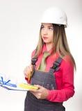 美丽的拿着图纸的妇女土木工程师 库存图片