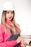 美丽的拿着图纸的妇女土木工程师 免版税库存照片