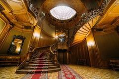 美丽的摆在老台阶的新婚佳偶新娘和新郎有惊人的皇家木葡萄酒豪宅背景  免版税库存照片