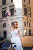 美丽的支架的愉快的新娘在婚礼步行 免版税图库摄影