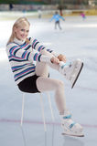 美丽的放置的冰鞋妇女 库存照片