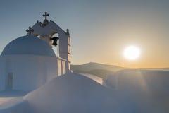 美丽的教会圣徒安东尼在帕罗斯岛海岛在反对日落的希腊 免版税图库摄影