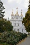 美丽的教会的看法反对天空蔚蓝和白色云彩的 库存图片