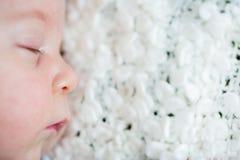 美丽的新出生的男婴,睡觉 免版税库存照片