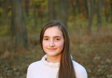 美丽的新十几岁的女孩纵向  免版税库存照片