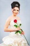 美丽的新娘与在工作室起来了 免版税库存照片