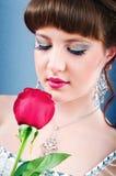 美丽的新娘与在工作室起来了 免版税库存图片