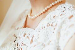 美丽的新娘佩带的珍珠项链的胸口 免版税库存照片