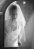 美丽的新娘前面镜子 免版税库存照片