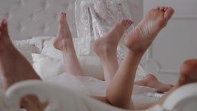 美丽的新娘和她的女傧相休息的浴巾的, 影视素材