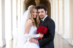 美丽的新娘和英俊的新郎 免版税库存图片