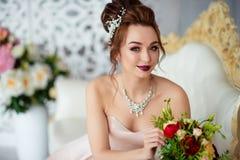 美丽的新娘在一个白色演播室 免版税库存照片