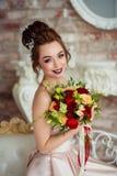 美丽的新娘在一个白色演播室 库存照片