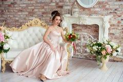 美丽的新娘在一个白色演播室 免版税库存图片