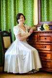 美丽的新娘在豪华旅馆室 免版税库存照片