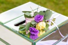 美丽的新娘婚礼花束和钮扣眼上插的花 婚姻概念 免版税库存照片