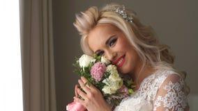 美丽的新娘完善的样式 婚礼发型构成豪华婚礼礼服和新娘` s花束 股票视频
