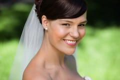美丽的新娘微笑的年轻人 免版税库存图片