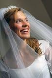 美丽的新娘愉快微笑 免版税库存图片