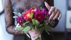 美丽的新娘拿着婚礼五颜六色的花束 股票视频