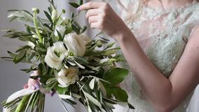 美丽的新娘拿着婚礼五颜六色的花束 影视素材