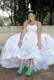 美丽的新娘显示她新的鞋子 图库摄影