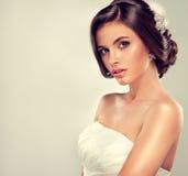美丽的新娘模型浅黑肤色的男人 免版税库存照片