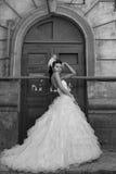 美丽的新娘浅黑肤色的男人 免版税库存图片