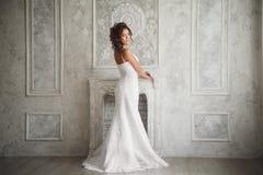 美丽的新娘演播室画象有完善的发型和ma的 免版税库存照片