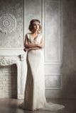 美丽的新娘演播室画象有完善的发型和ma的 免版税库存图片