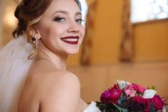 美丽的新娘特写镜头画象发光充满幸福 一个女孩的雪白微笑有红色唇膏和a的 库存照片
