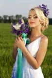 美丽的新娘白肤金发的蓝眼睛绿色领域 库存图片