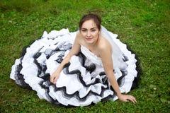 美丽的新娘的图片白色和黑婚礼礼服的 库存图片