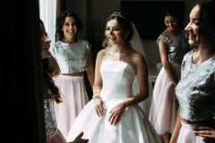美丽的新娘的快乐的婚礼准备 库存照片