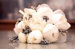 美丽的新娘的花束和婚戒 免版税库存图片