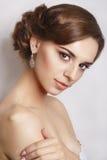 美丽的新娘纵向 一名美丽的妇女的画象新娘的图象的有珠宝的 免版税库存照片
