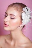 美丽的新娘纵向 一名美丽的妇女的画象新娘的图象的有装饰羽毛的在她的头发 照片 免版税图库摄影