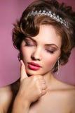美丽的新娘纵向 礼服片段顺序婚礼 背景装饰详细资料高雅花邀请丝带婚礼 一名美丽的妇女的画象新娘的图象的有珠宝的 库存照片